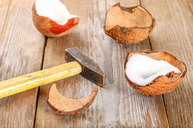Kokosnuss mit rückständen fasern auf der oberfläche