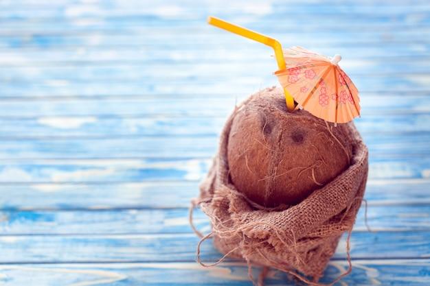 Kokosnuss mit strohhalm