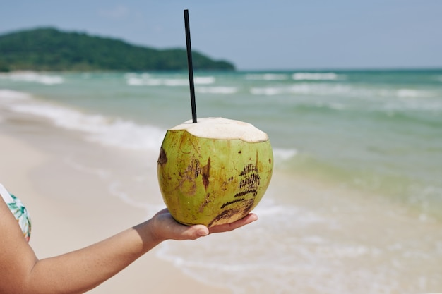 Kokosnuss mit trinkhalm