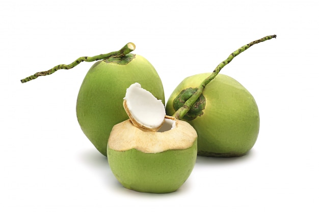 Kokosnuss reif und geschmackvoll getrennt auf weiß