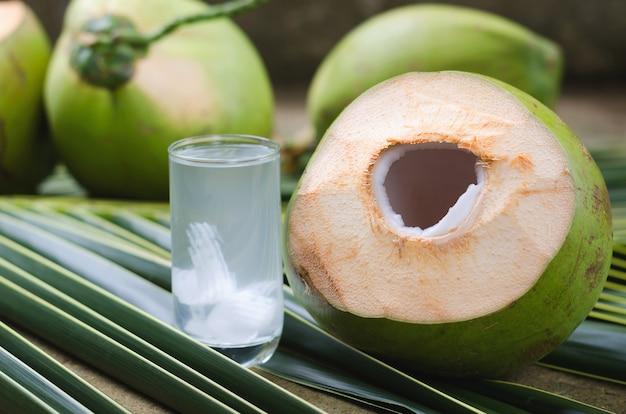 Kokosnuss-saft und trinken süßes kokoswasser im glas