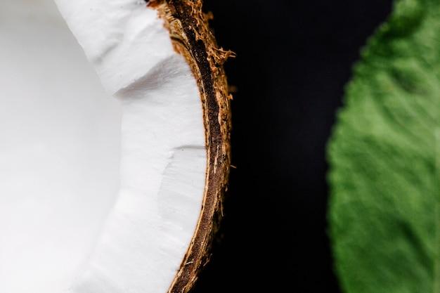 Kokosnuss und ein blatt minze