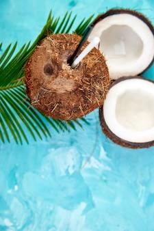 Kokosnusscocktail auf blauer oberfläche. sommerferiengetränkekonzept,