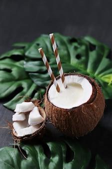 Kokosnusscocktail mit strohhalm. tropisches getränk