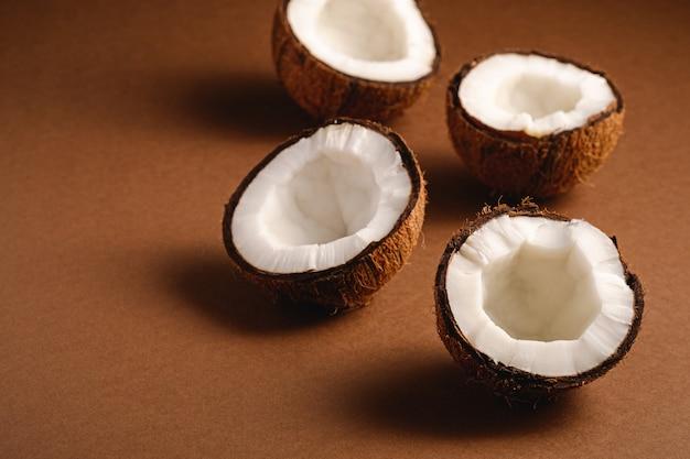 Kokosnussfrüchte auf brauner einfacher oberfläche, tropisches konzept des abstrakten lebensmittels, kopierraum der winkelansicht