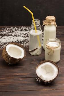 Kokosnussgetränk, kokosnüsse und kokosflocken. kokosnüsse und kokosflocken. gemüse veganes essen.