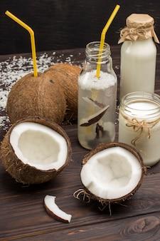 Kokosnussgetränk, kokosnüsse und kokosflocken. kokosnüsse und kokosflocken.