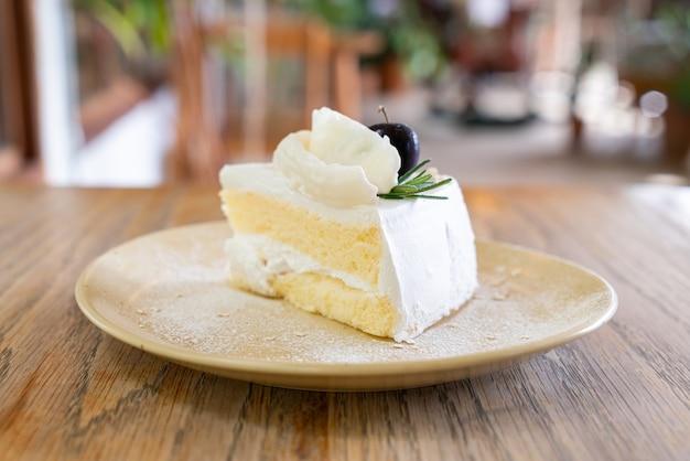 Kokosnusskuchen auf teller im café und im restaurant
