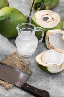 Kokosnusssaft auf zementhintergrund