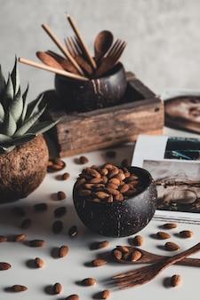 Kokosnussschalen mit mandeln. gesundes essen