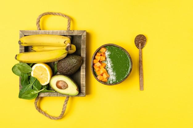 Kokosnussschüssel mit grünem frucht smoothie