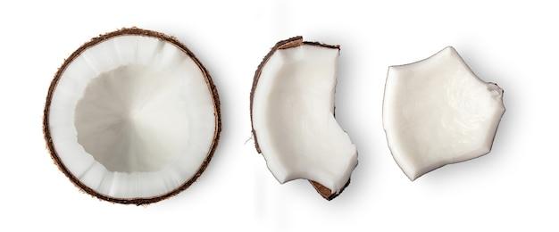 Kokosnussstücke auf weißer oberfläche. draufsicht