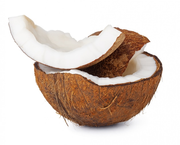 Kokosnussstücke lokalisiert auf einem weißen hintergrund