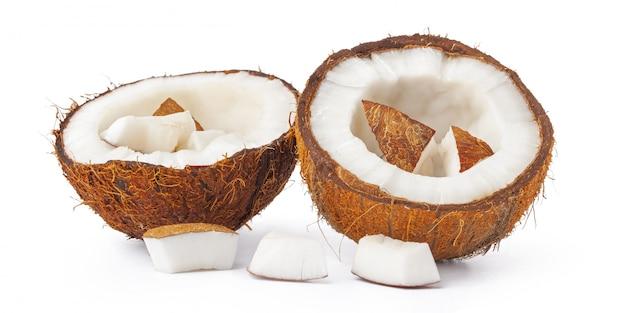 Kokosnussstücke stapeln lokalisiert auf weißem hintergrund