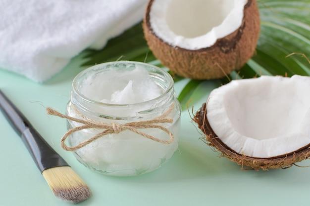 Kokosöl im glas für naturkosmetik, feuchtigkeitscreme für die haut.