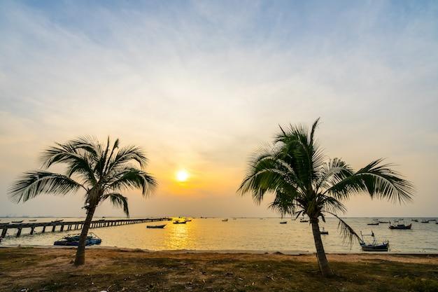 Kokospalmen am strand während des sonnenuntergangs bei bang phra sriacha chonburi thailand