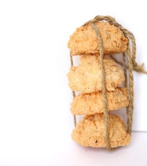 Kokosplätzchen mit seil gefesselt