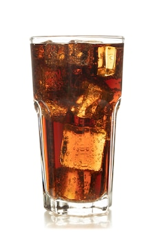 Kolabaum im glas mit eis auf weißem hintergrund