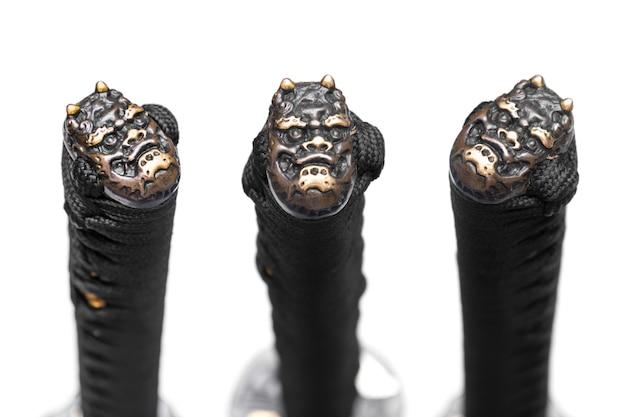 Kolbenkappe (oder knauf) aus kupfer am ende des schwarzen seidenschnurgriffs