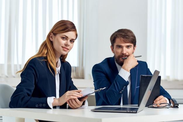 Kollegen arbeiten vor der laptop-profi-technologie zusammen