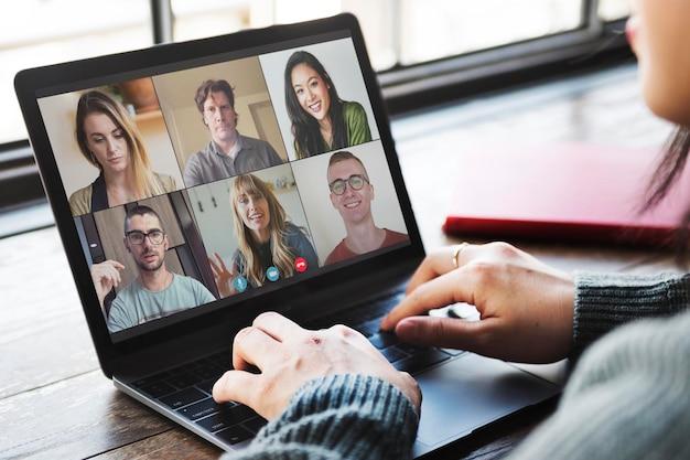 Kollegen bei einer videokonferenz während der coronavirus-pandemie