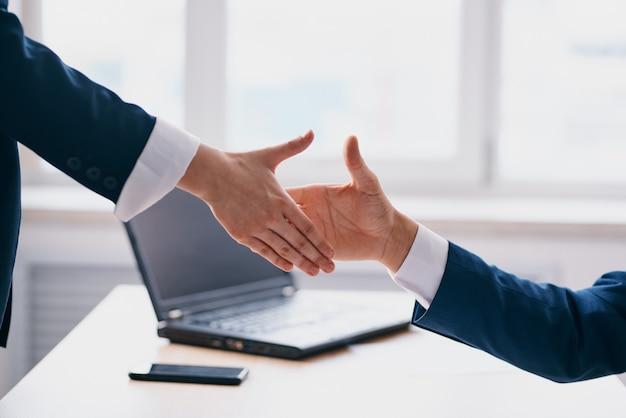 Kollegen business deal teamwork kommunikation finanzbeamten