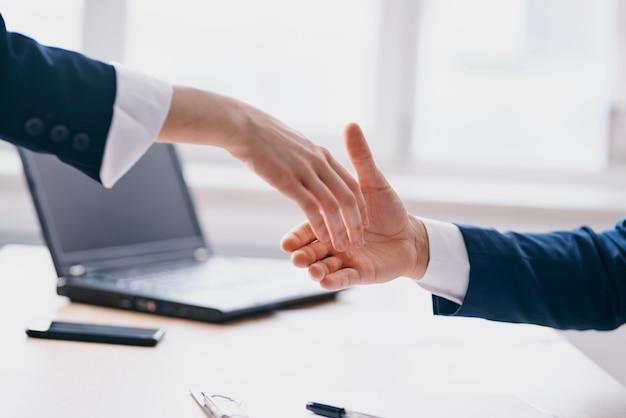Kollegen business deal teamwork kommunikation finanztechnologien
