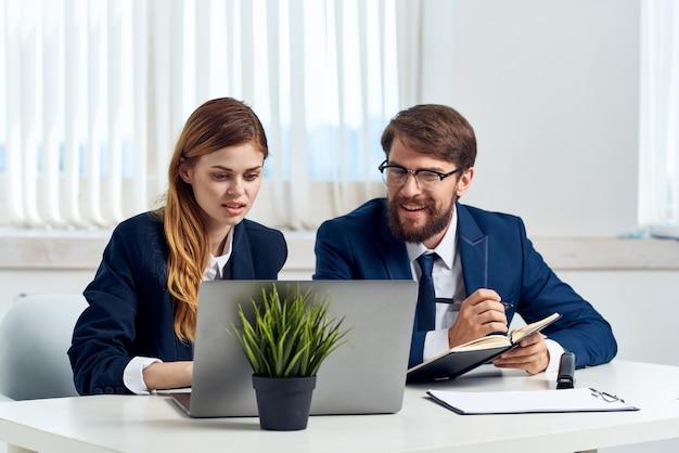 Kollegen chatten im büro vor einem laptop-profis