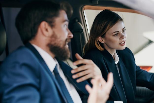 Kollegen, die ein auto fahren, erbringung von dienstleistungen
