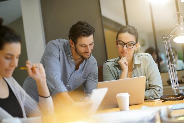 Kollegen, die geschäftsideen im modernen co-arbeitsbereich erarbeiten