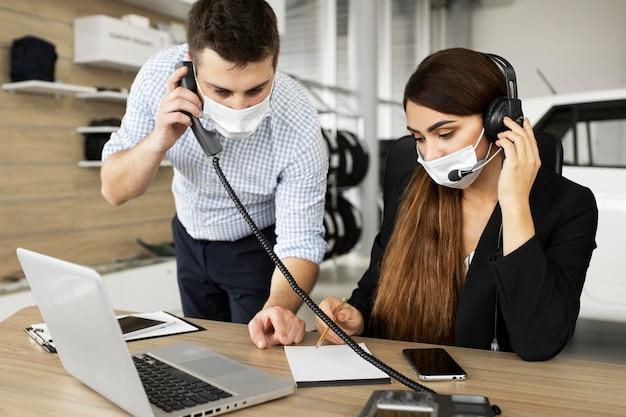 Kollegen, die im büro zusammenarbeiten