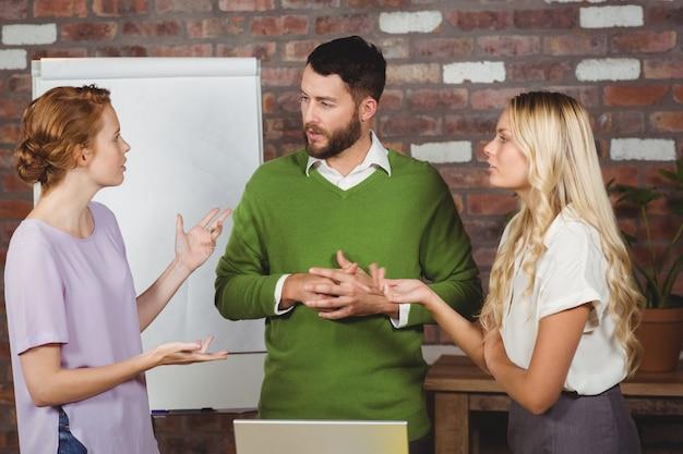 Kollegen, die über arbeit im büro sprechen