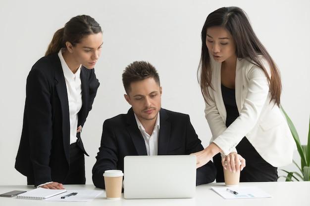 Kollegen, die zusammen geschäftsstrategien besprechen