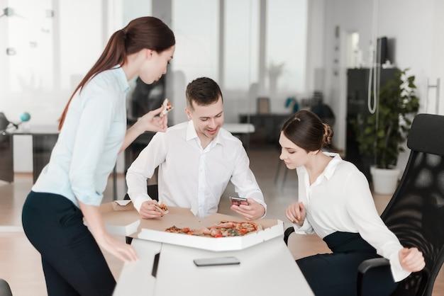 Kollegen, die zusammen mittag essen