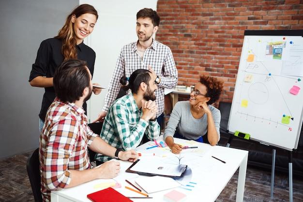 Kollegen diskutieren beim geschäftstreffen über neue ideen.