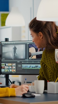 Kollegen diskutieren über die anpassung von filmmaterial in videoprojekten