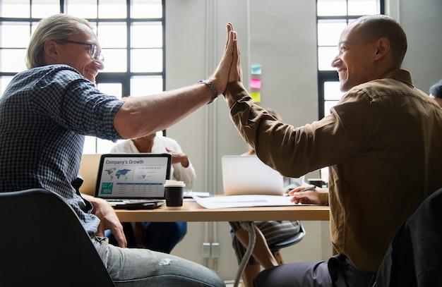 Kollegen geben ein high five