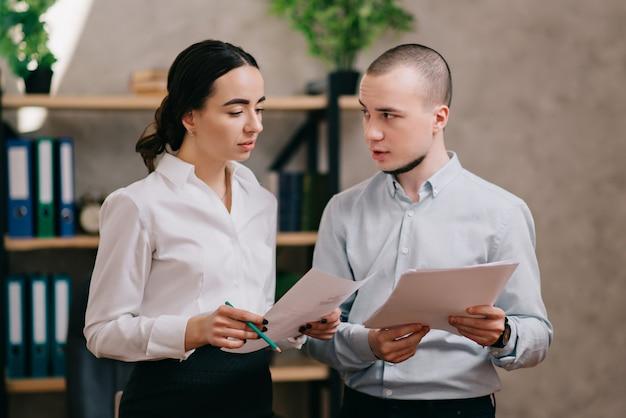 Kollegen im büro diskutieren über arbeit.