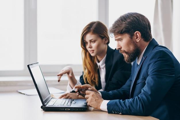 Kollegen im büro vor einem laptop karriere arbeitstechnologien