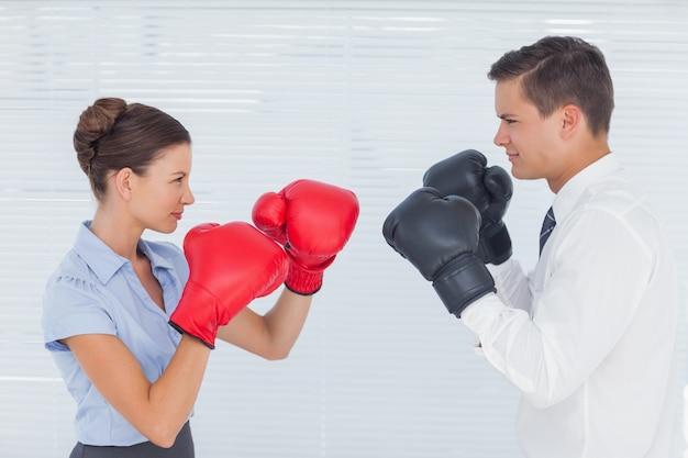 Kollegen im wettbewerb mit einem boxkampf