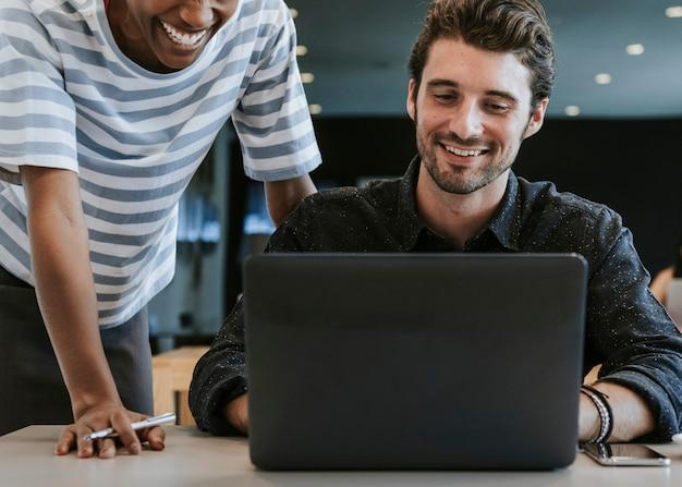 Kollegen in einem arbeitsbereich zusammenarbeiten