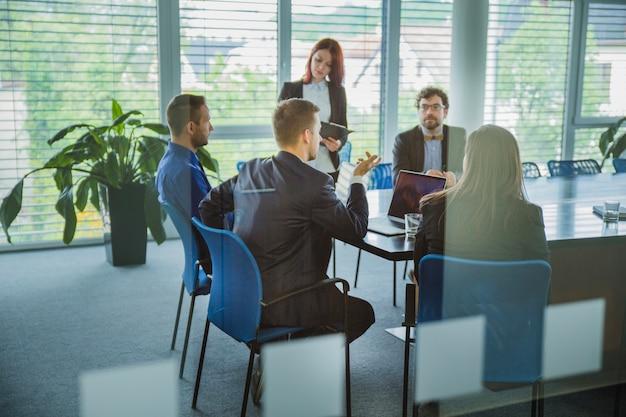 Kollegen in zeitgenössischem büro coworking