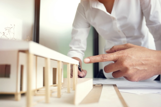 Kollegen innenarchitekt corporate achievement planung design auf blaupause teamwork konzept mit kompassen