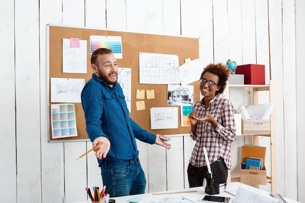 Kollegen lächeln, sprechen, diskutieren neue ideen