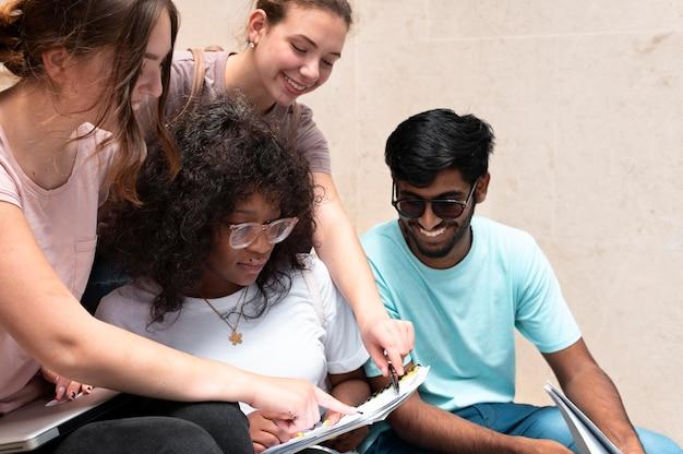 Kollegen lernen gemeinsam für eine hochschulprüfung