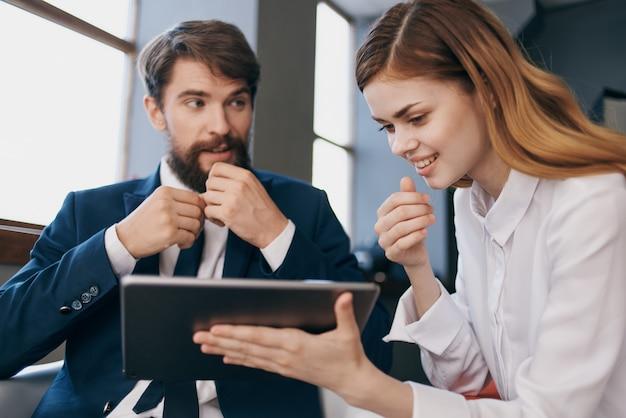 Kollegen schauen sich die tablet-manager-profis an