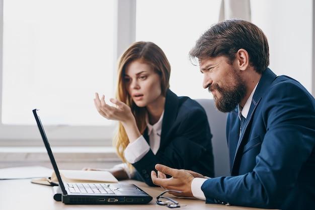 Kollegen sitzen vor einem laptop teamwork beamte