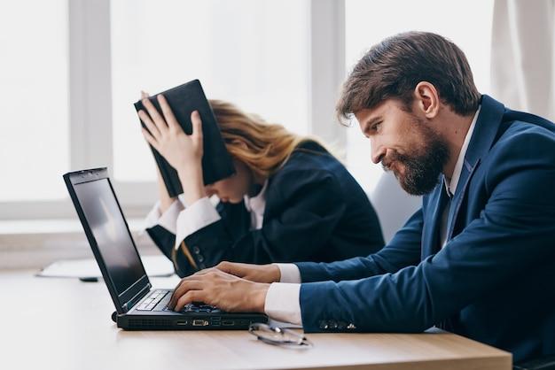 Kollegen sitzen vor einem laptop teamwork profis