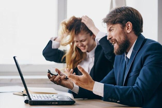 Kollegen sitzen vor einem laptop teamwork-technologien