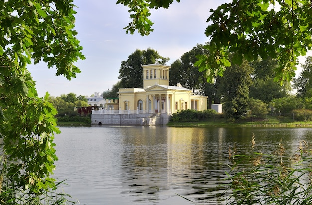 Kolonistsky park im peterhof tsaritsyn pavillon im italienischen stil